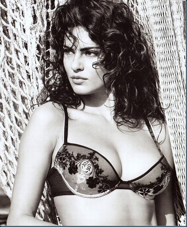 Catrinel-Menghia-Bella-Diva-47-998x1023