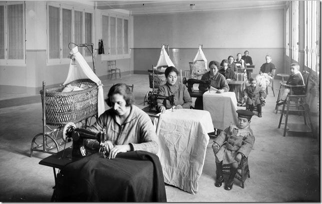 branguli  - Mujeres trabajando con máquinas de coser, en Barcelona (1926)