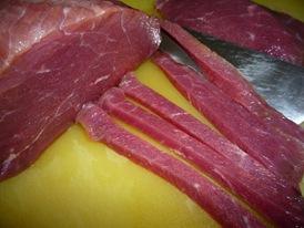 Режу мясо тонкой соломкой