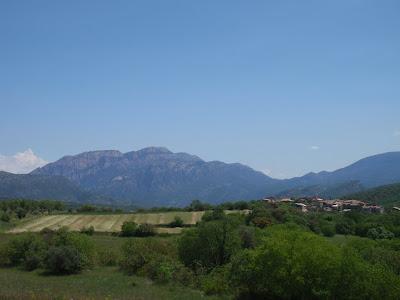 La Règola, i al fons el Montsec de Rúbies