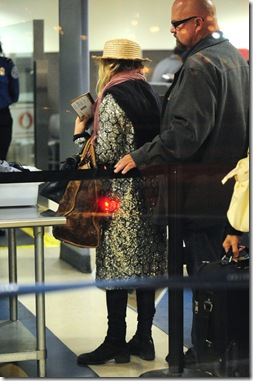 85028_Preppie_Mary-Kate_Olsen_arrives_into_LAX_Airport_-_May_28_2009_239_122_372lo