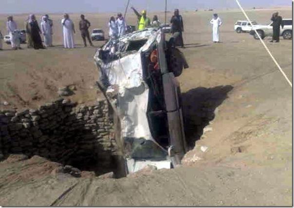 Carro cai em um poço na Arábia Saudita (4)