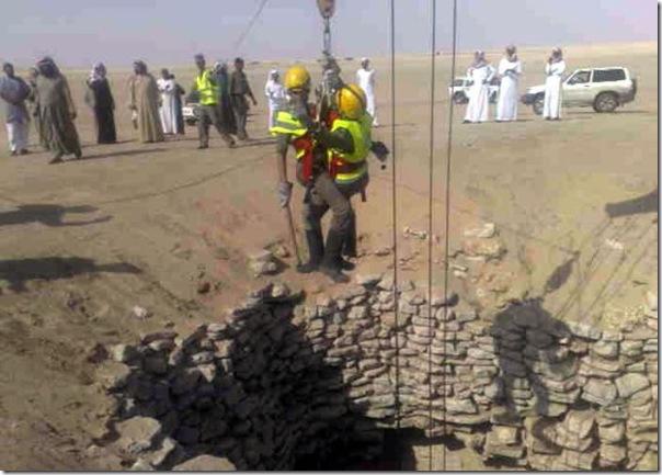 Carro cai em um poço na Arábia Saudita (2)