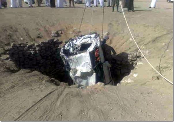 Carro cai em um poço na Arábia Saudita (3)