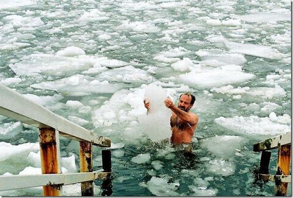 Seu Lunga pegando gelo