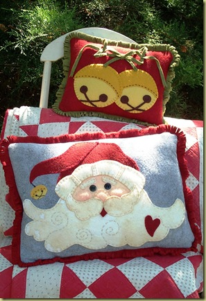 127_Jingle Bell Santa Pillows