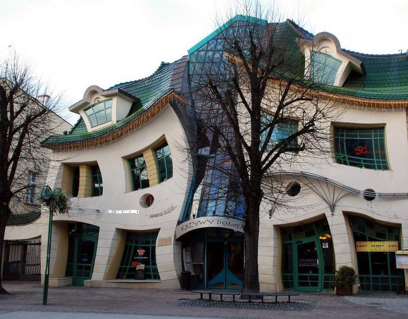 Krzywy Domek, a casa das curvas