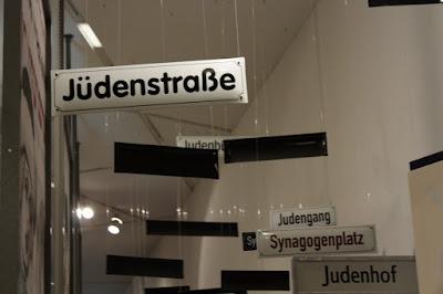Tabliczki z nazwami ulic takimi jak Judenstrasse