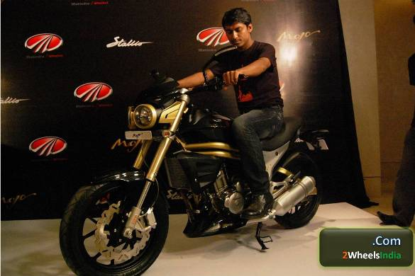 Mahindra Mojo Riding Position