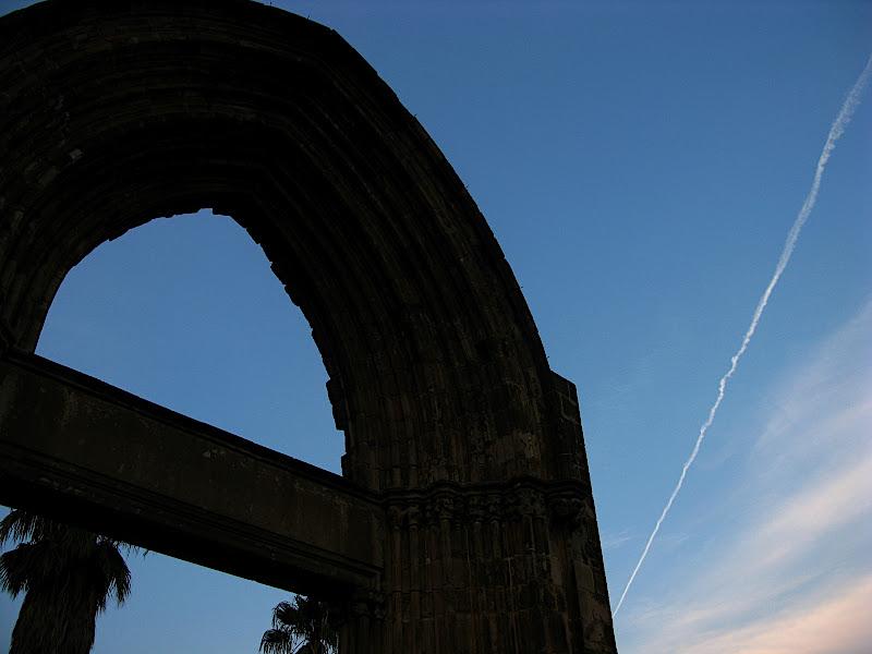 Estela d'avió sobre la porta del Besòs (II)