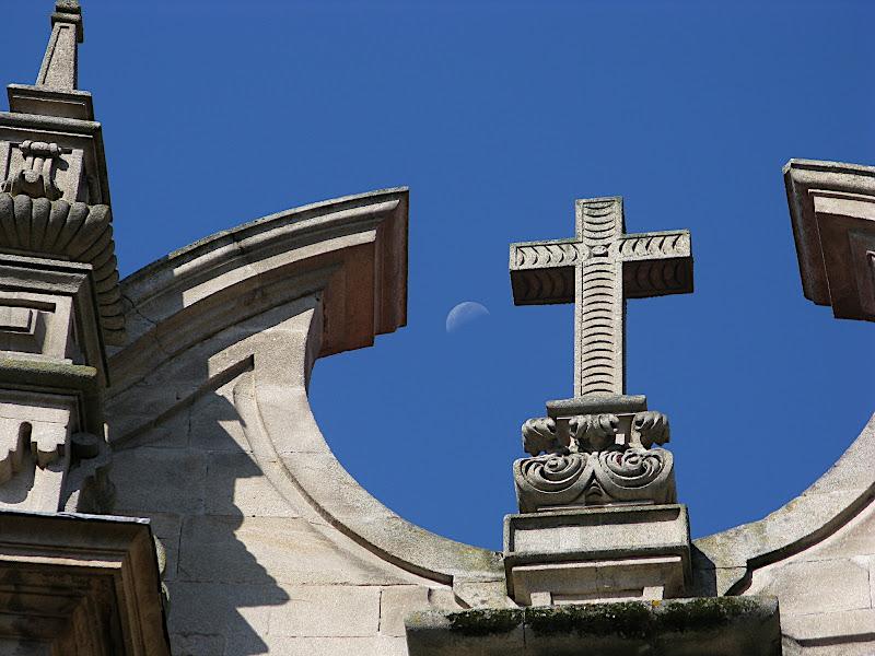 La lluna sobre Ourense