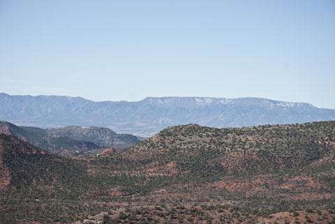 DSC_0101 mingus mtn with sipapu from our vantage point  airport mesa trail en az.jpg