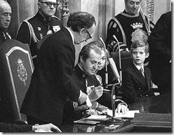 rey-firmando-constitucion