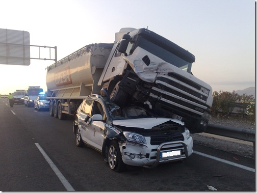 coche_aplastado_por_camion