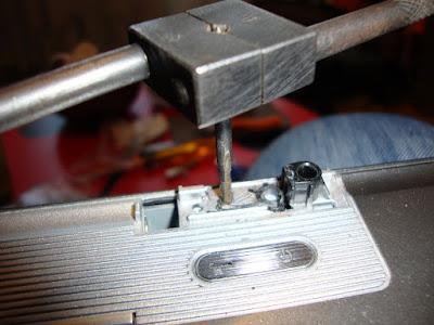 Нарезаем резьбу для крепления петель в ноутбуке ASUS z99