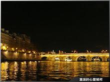 夜間燈光珣麗的塞納河畔
