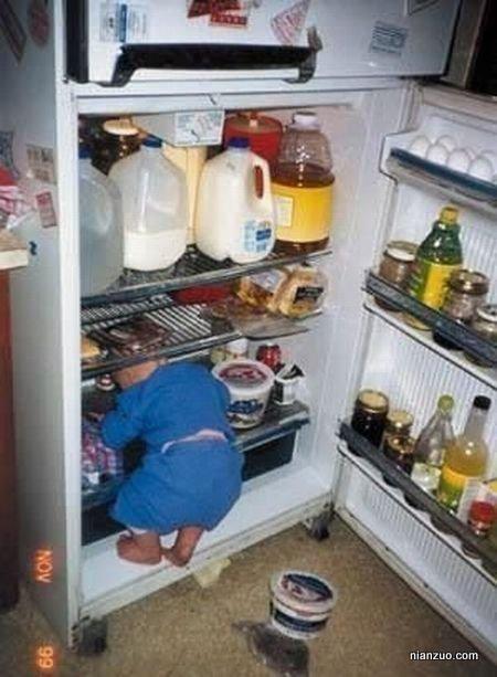 孩子捣蛋 凉快,冰箱