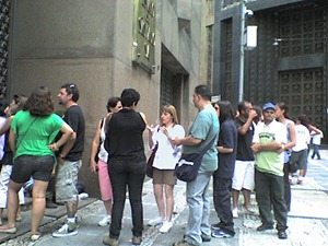 """Fila de visitantes do mirante do """"Banespão"""" - o edifício mais alto da cidade"""