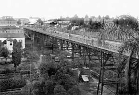 Viaduto do Chá, durante obras de reestruturação de seu leito para trânsito dos bondes elétricos, c. 1902. Crédito: Marc Ferrez  - site São Paulo 450 anos