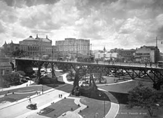 Antigo Viaduto do Chá, c. 1923; ao fundo, o Teatro Municipal (à esquerda)e o Hotel Esplanada.