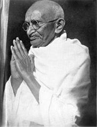 Mahatma Gandhi em Noakhali, janeiro de 1947. Foto do site MKGandhi.org, sem identificação do autor.