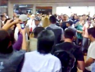 Outras centenas de alunos acompanham a saída de Geisy Arrruda do campus da UNIBAN. Imagem de vídeo do YouTube, sem autor identificado