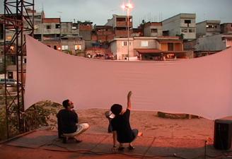 """Cena do filme """"Cinema na Quebrada"""", dirigido por Rose Satiko. Clique para ampliar"""