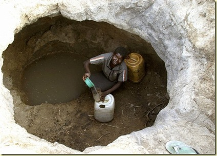 Zimbabwean_trying_to_find_cholera_free_drinking_water_PicAfricanCrisis