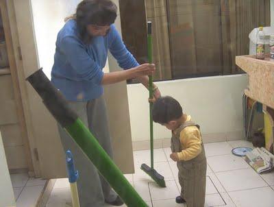 niño ayuda a limpiar su cuarto 1