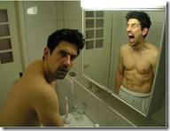 hombre frente espejo