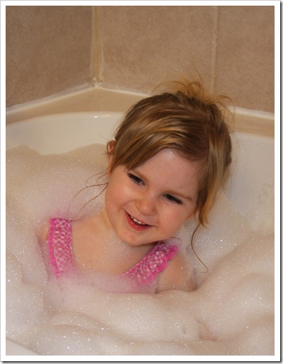 Hannah's bubble bath 012