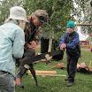 Pirkanmaan Jätkäperinneyhdistyksen tukkilaiset opastivat yleisöä oikeaoppisen sahauksen saloihin.