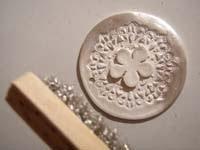 Acabado de la joya de bisutería de pasta de plata