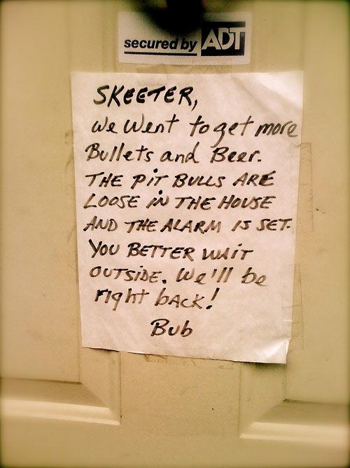 Skeeter, saímos para comprar mais balas (munição) e cerveja. Os pit bulls estão soltos e o alarme está ligado. É melhor você esperar aí fora. Voltaremos logo! Bub
