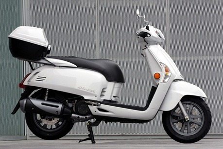"Equipped with a vespa-like retro design scooter. This ""Kymco Like 125"" is"