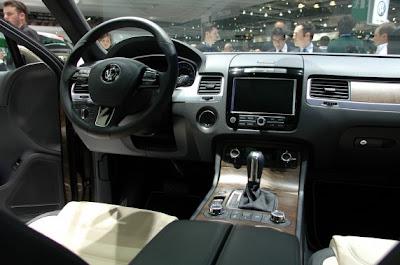 2011 Volkswagen Touareg-06.jpg