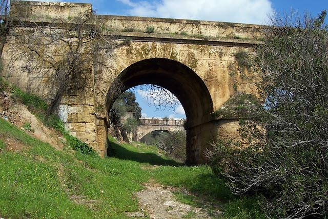 Arco izquierdo que fue vivienda.