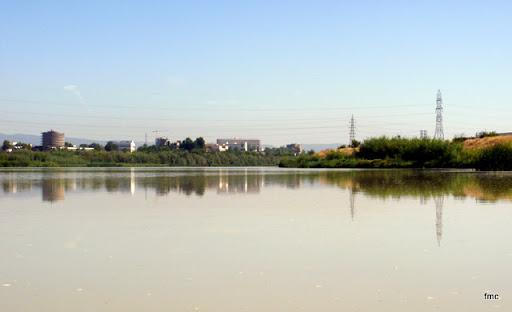 La hermosa lámina de agua del Guadalquivir. Al fondo la zona sanitaria e universitaria de la ciudad.
