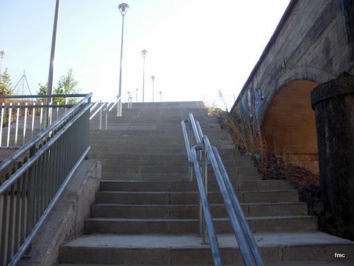 Escaleras al lado de la fuente que acceden a la urbanización de Mirabueno.