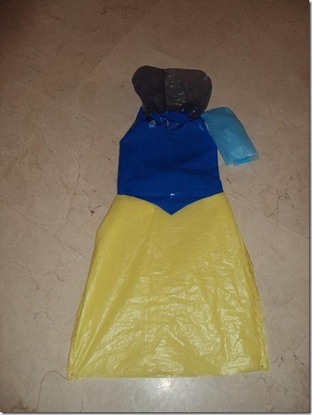 Disfraz de Blancanieves hecho con bolsas de basura