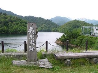 わきダム天端よりダム湖を望む