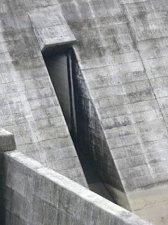 右岸より常用洪水吐を望む