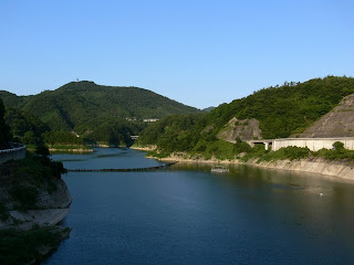 右岸展望台よりダム湖を望む
