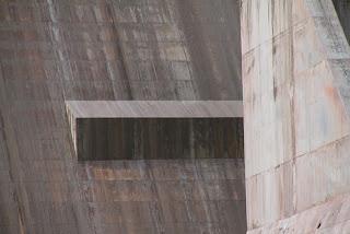 左岸側の堤体に付属するスポイラー