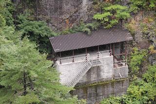 右岸下部に設置された東屋のような構造物