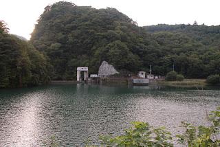 県道よりダム湖と堤体を望む
