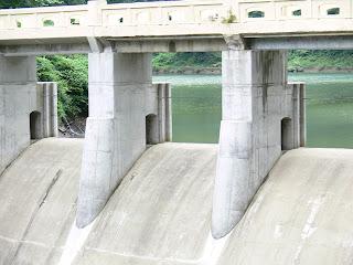 下流側より洪水吐を望む