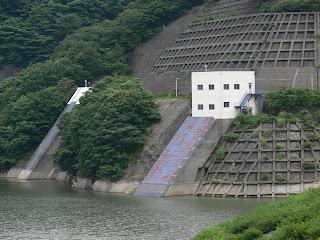河川維持・利水用取水塔(左奥)と常用洪水吐(右)