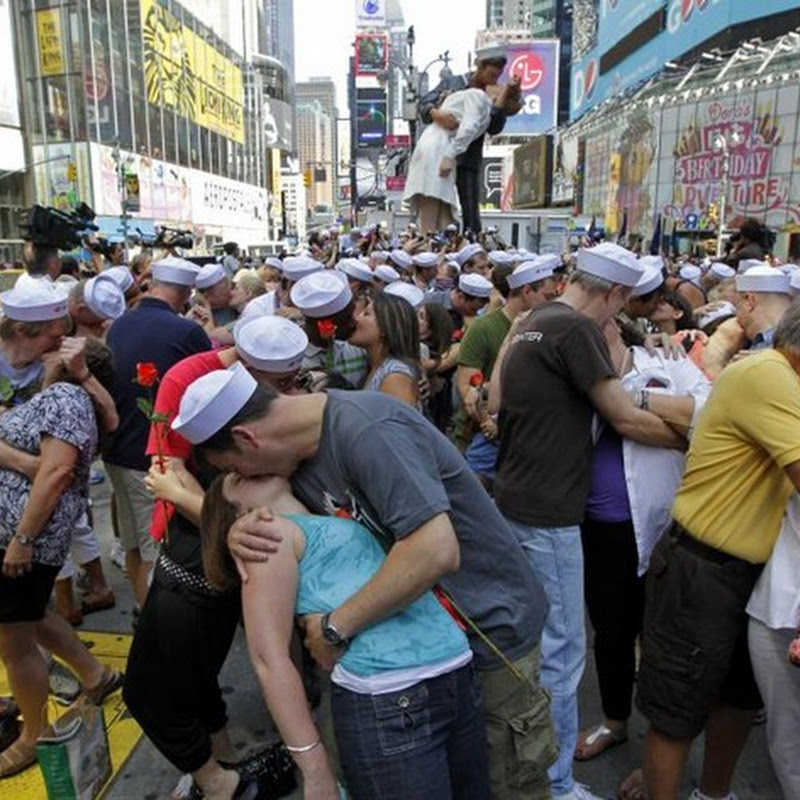 Hundreds Re-Enact Iconic Kiss in Time Square