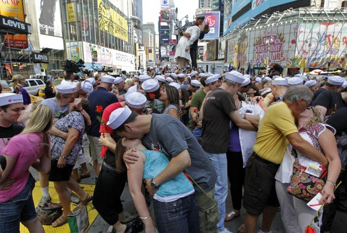 time-square-kiss (1)